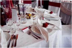 ültetőkártya, menükártya esküvői asztalon